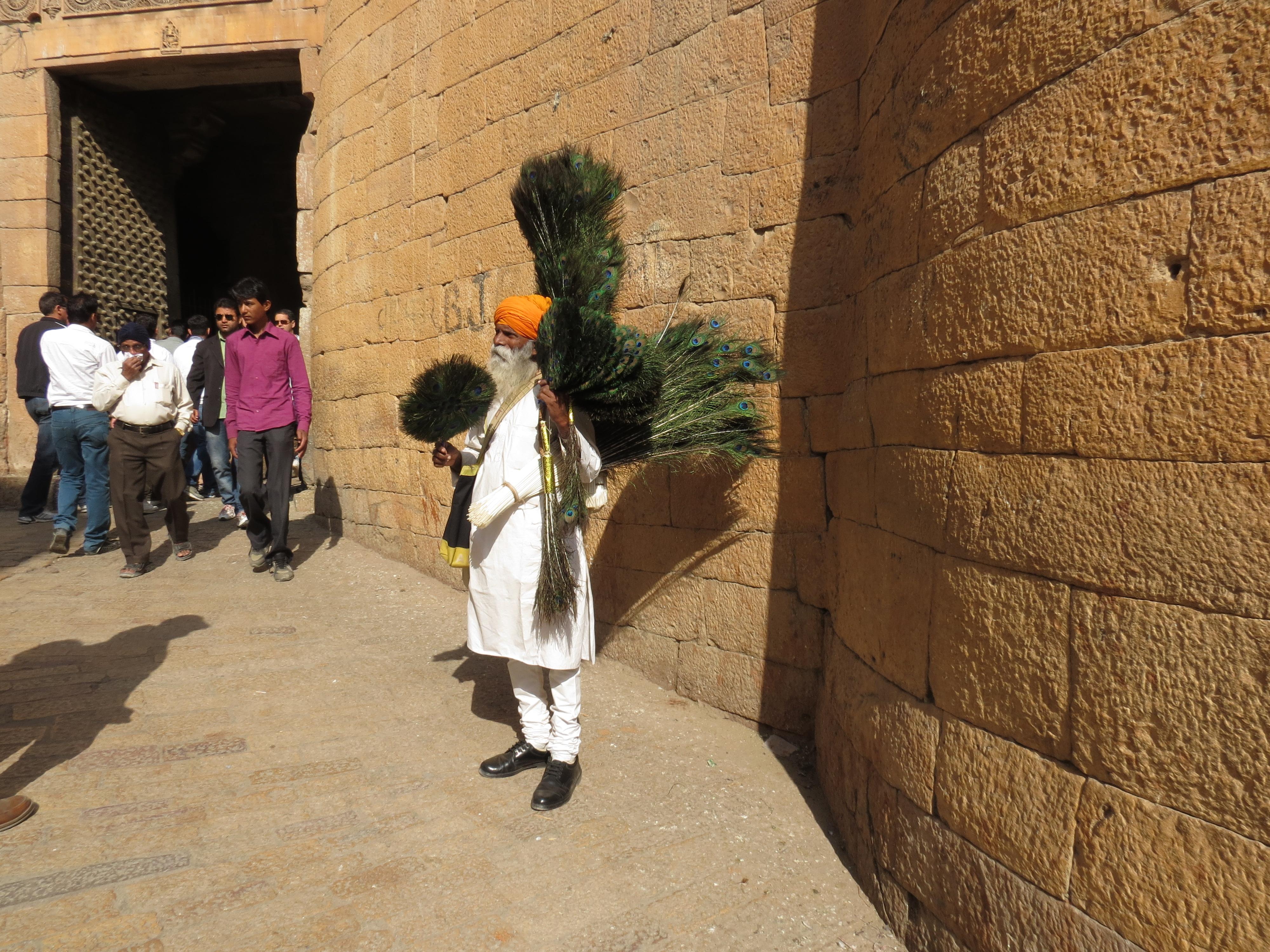 Luca Errera, Daniela Trastulli, India, Rajasthan, Jaisalmer, venditore, penne di pavone