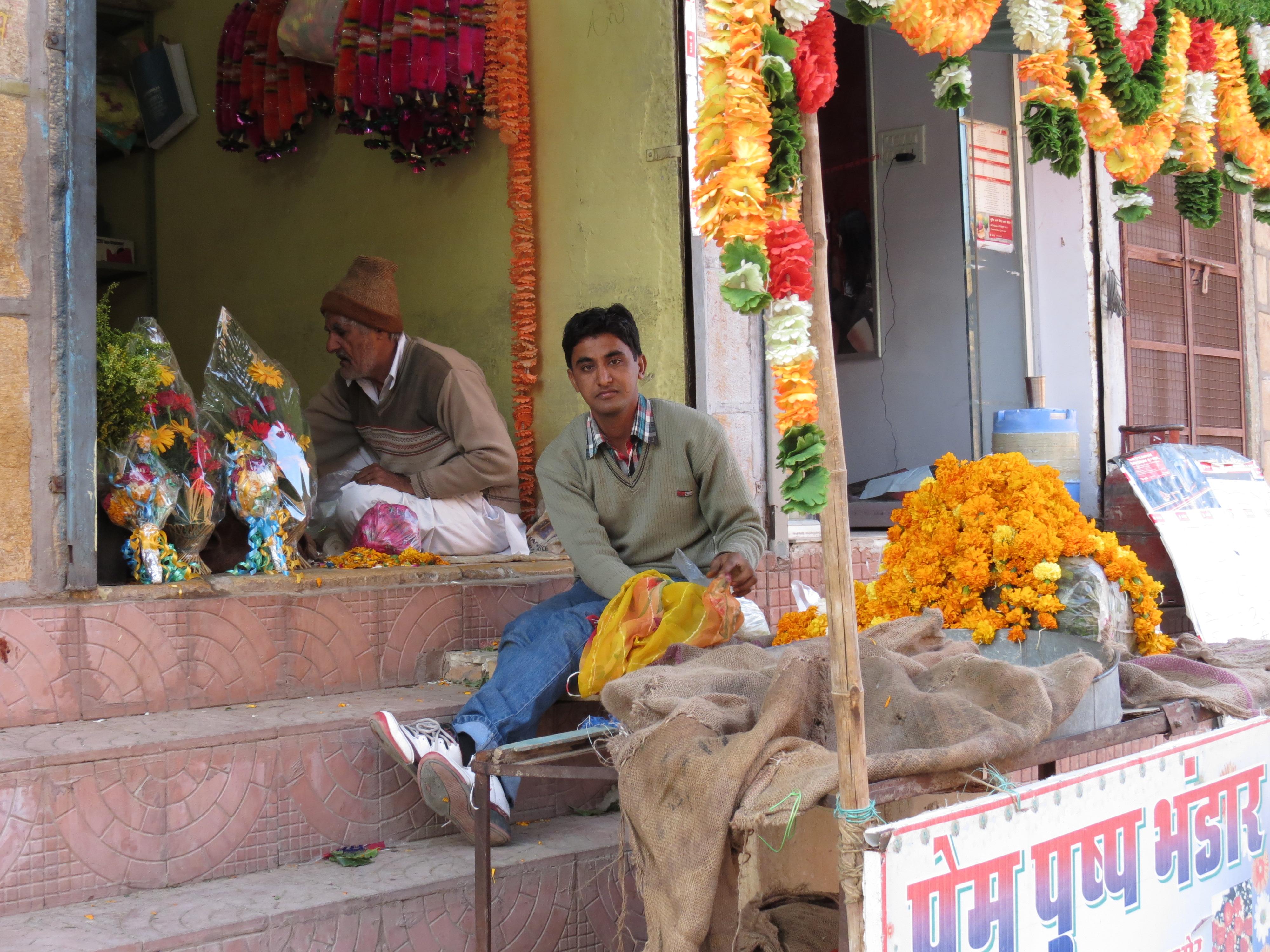 Luca Errera, Daniela Trastulli, India, Rajasthan, Jaisalmer, venditore, fiori, corone